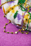 Mardi Gras: Papel colorido do rei Cake On Purple Fotos de Stock