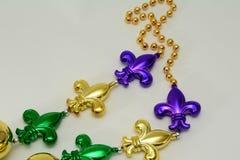Mardi Gras-Perlen mit Fleur De Lis Lizenzfreies Stockfoto
