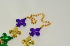 Mardi Gras-Perlen mit Fleur De Lis Lizenzfreie Stockfotografie