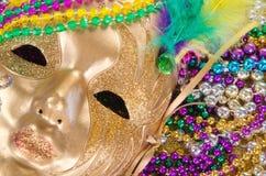 Mardi Gras pärlor och maskering Arkivbild