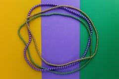 Mardi Gras pryder med pärlor bakgrund med stället för text Top beskådar royaltyfri fotografi