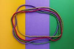 Mardi Gras pryder med pärlor bakgrund med stället för text Top beskådar arkivfoto