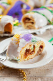 Mardi Gras: Tagli il pezzo di materiale da otturazione di re Cake Showing Delicious Fotografia Stock Libera da Diritti