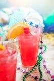 Mardi Gras: Traditioneller Hurrikan im Glas mit tropischem schmücken Lizenzfreie Stockbilder