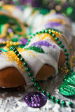 Mardi Gras: Traditioneller König Cake With Beads und Münzen Stockfotografie