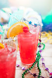 Mardi Gras: Uragano tradizionale in vetro con il contorno tropicale Immagini Stock Libere da Diritti