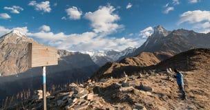 Mardi himal niedriges Lager und machapuchare Berg Lizenzfreies Stockfoto