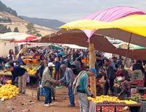 Mardi Souk dans Azrou, Maroc images libres de droits