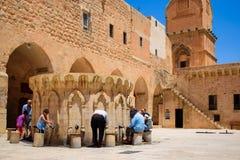 Mardin, Turquia 6 de julho de 2015: Os povos muçulmanos estão preparando-se para a oração imagem de stock royalty free