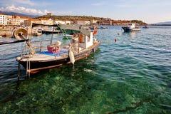 Mare adriatico al tramonto, pescherecci nel porto in Senj Croazia Fotografie Stock Libere da Diritti
