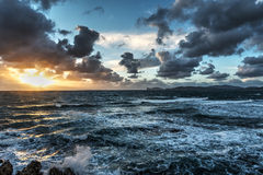 Mare agitato al tramonto in Sardegna Fotografia Stock