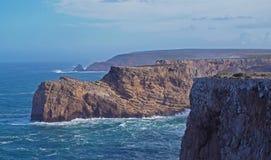 Mare agitato con le belle scogliere rocciose fotografia stock