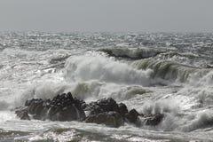 Mare agitato con le onde di rottura Fotografia Stock