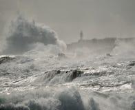 Mare agitato, grandi onde e faro Immagine Stock