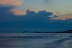 Mare al tramonto Cielo della vaniglia Immagini Stock
