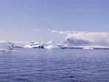 Mare antartico con gli iceberg fotografia stock