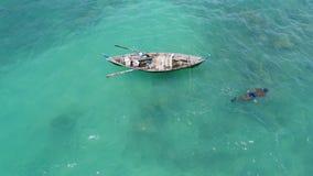 Mare, barca e pescatore nell'acqua Fotografia Stock Libera da Diritti