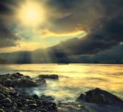 Mare, barca ed il sole Immagini Stock Libere da Diritti