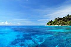 Mare blu con la barriera corallina e le nuvole lanuginose dall'isola di tachai fotografia stock libera da diritti