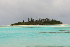 Mare blu con la piccola isola abbandonata Fotografia Stock