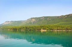 Mare blu della spiaggia di Marmaris bello sul fondo delle montagne Fotografia Stock Libera da Diritti