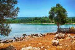 Mare blu della spiaggia di Marmaris bello sul fondo delle montagne Immagini Stock Libere da Diritti