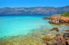 Mare blu della spiaggia di Marmaris bello sul fondo delle montagne Immagini Stock