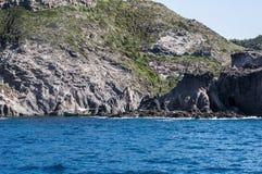 Mare blu e caverne caratteristiche di Cala Luna Golfo di Orosei Sardegna o della Sardegna Italia immagine stock libera da diritti