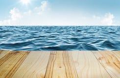 Mare blu e chiaro cielo con la tavola di legno Immagini Stock Libere da Diritti
