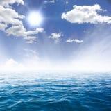 Mare blu e cielo nuvoloso sopra  Fotografia Stock Libera da Diritti