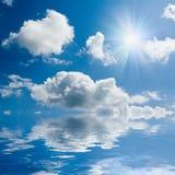 Mare blu e cielo pieno di sole Fotografie Stock Libere da Diritti