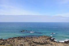Mare blu e costa rocciosa a St Ives, Cornovaglia, Inghilterra Immagine Stock