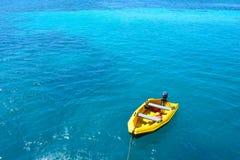 Mare blu e nave gialla Fotografie Stock Libere da Diritti