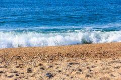 Mare blu e riva sabbiosa Fotografia Stock Libera da Diritti