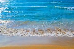 Mare blu e sabbia dorata Fotografia Stock