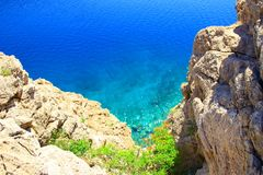 Mare blu e scogliere rocciose Fotografia Stock Libera da Diritti