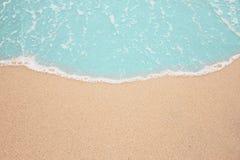 Mare blu e spiaggia sabbiosa Immagini Stock