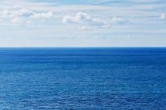 Mare blu ed orizzonte fotografie stock libere da diritti