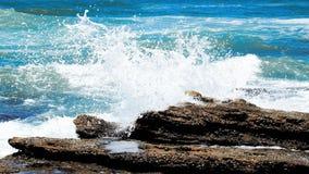 Mare blu luminoso ad una costa soleggiata fotografia stock