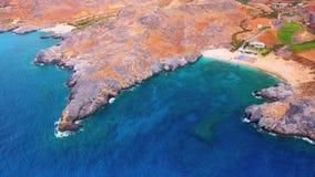 Mare blu, onde che irrompono le scogliere alla riva stock footage