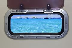 Mare blu tropicale dell'oceano del turchese dell'oblò della barca fotografie stock