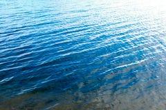 Mare blu vicino alla spiaggia fotografia stock libera da diritti