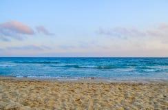 Mare caldo giallo di estate e della sabbia con il cielo e lo spazio libero Fotografie Stock