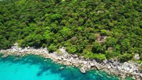 Mare calmo vicino all'isola vulcanica tropicale Vista del fuco di acqua pacifica del mare blu vicino alla riva pietrosa e della g video d archivio