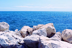 Mare calmo visto da una riva un giorno di estate fine Fotografia Stock Libera da Diritti