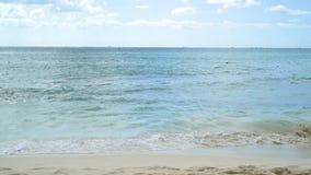 Mare caraibico Acqua di mare azzurrata, onde leggere 4K stock footage
