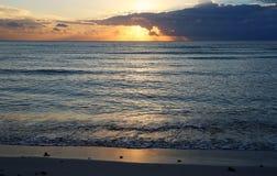 Mare caraibico ad alba Fotografia Stock Libera da Diritti