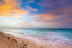 Mare caraibico ad alba Fotografie Stock Libere da Diritti