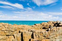 Mare che compare dietro le rocce. Immagini Stock Libere da Diritti