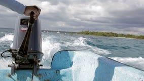 Mare che viaggia in imbarcazione a motore sull'alta velocità archivi video